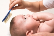 czesanie włosów niemowlaka