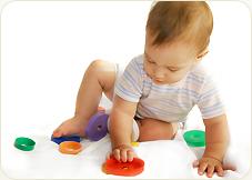 bawiący się niemowlak