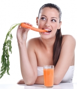 kobieta jedząca zdrowa marchewkę