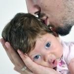 córeczka całowana przez tatusia