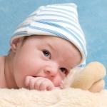 niemowlak w czapce