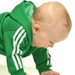 niemowlak w dresie raczkuje