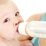 niemowlak karmiony butelką