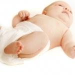 lezacy na plecach niemowlak w pieluszce