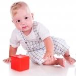 niemowlak z zabawka na roczek