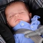 niemowlak śpiący w foteliku samochodowym