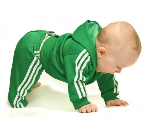 raczkujacy niemowlak w podparciu