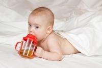 niemowlak pijacy z butelki niekapki