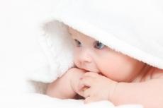 niemowlak pod ręcznikiem