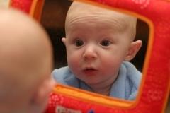 niemowlak-przeglądanie się w lustrze