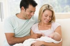 rodzice z noworodkiem po kąpieli