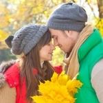 zakochana para jesienią