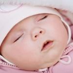 śpiący noworodek na spacerze zimą