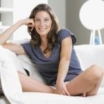 kobieta siedząca na sofie w mieszkaniu