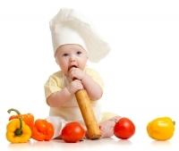 niemowlak w kuchni przy warzywach