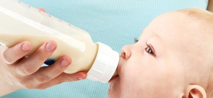 dziecko pije mleko modyfikowane z butelki