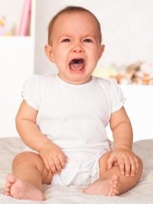 dziecko płacze siedząc