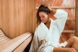 kobieta w ciąży relaksuje się w grocie solnej