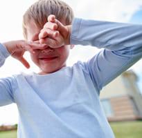 chłopczyk płacze bo rodzice poszli do pracy