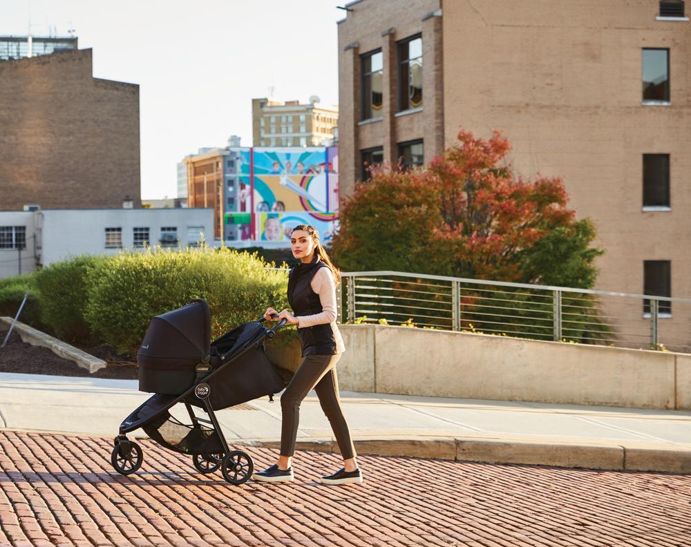 kobieta na spacerze z dzieckiem