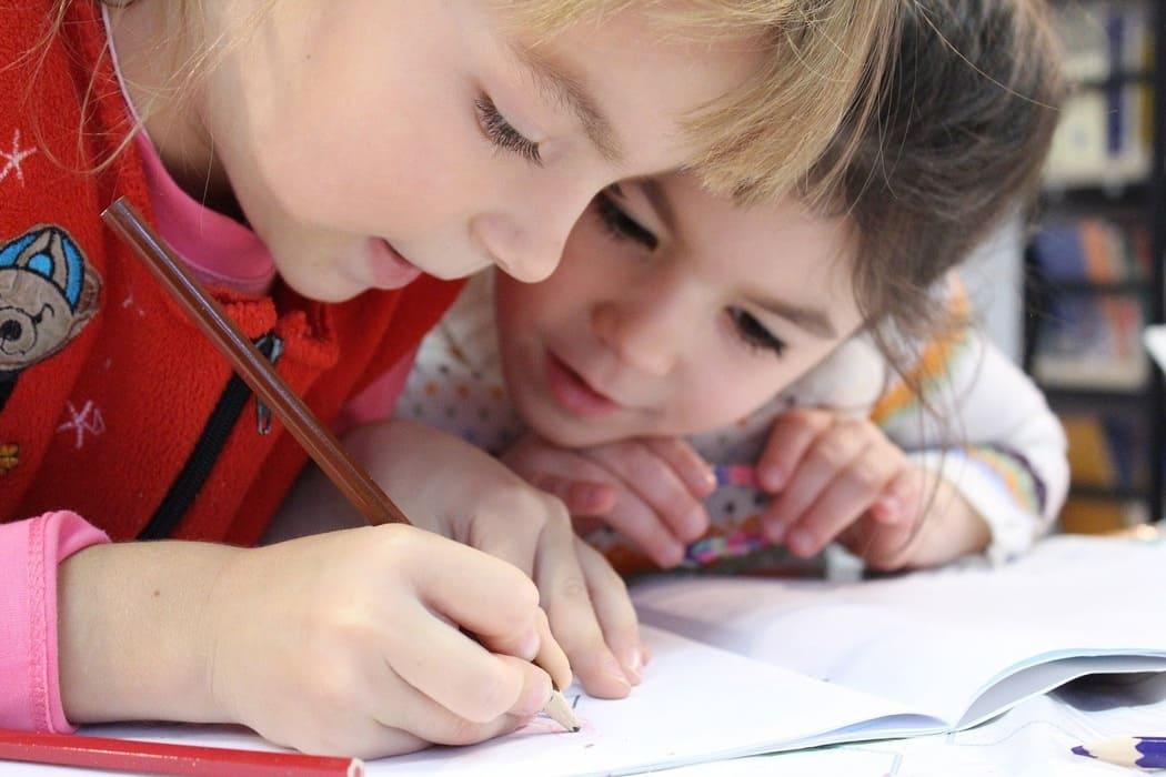 dzieci uczące się jerzyka angielskiego