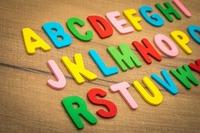 kolorowe literki na abecadle do nauki języka