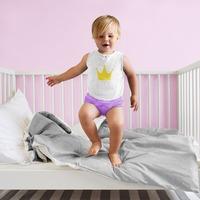 dziecko w majtkach na łóżeczku