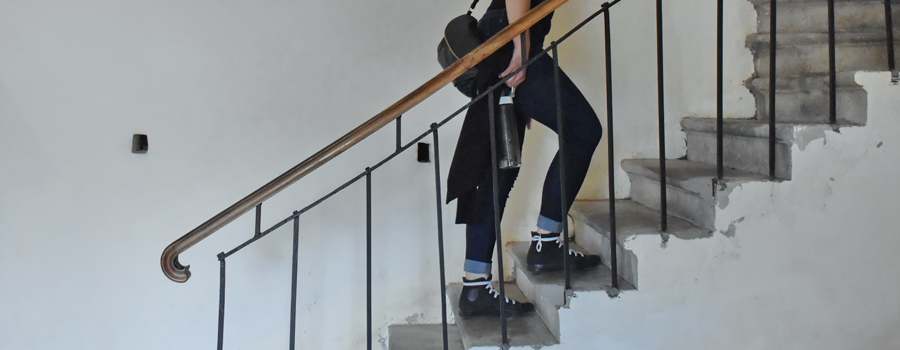 kobieta w ciąży wchodzi po schodach
